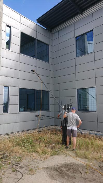 Mycie fasady budynku birowego